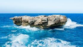 Roche naturelle de mer Photos stock