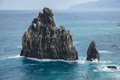 Roche noire dans l'océan et le littoral de l'île de la Madère Image stock