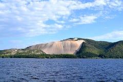 Roche nue des montagnes de Zhiguli photos stock