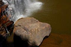 Roche par la cascade Image stock
