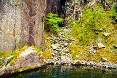 Roche, pierres et mer lisses verticales Photos stock
