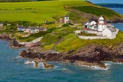 Roche punktu latarnia morska, domy i Antyczne ruiny Korkowy Irlandia, obraz stock