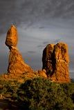 Roche équilibrée au coucher du soleil au parc national Moab Utah de voûtes Photographie stock libre de droits
