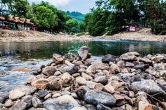 Roche ronde en rivière Photographie stock