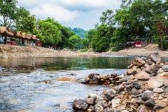 Roche ronde en rivière Photos stock