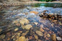 Roche ronde en rivière Photos libres de droits