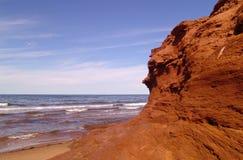 Roche rouge sur la plage Image stock