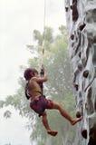 roche s'élevante de garçon Photos libres de droits