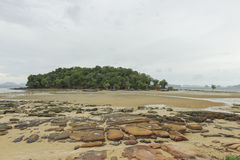 Roche, sable, mer et ciel chez Krabi - la Thaïlande Photo stock