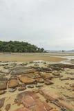 Roche, sable, mer et ciel chez Krabi - la Thaïlande Photos libres de droits