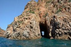 Roche sculptée avec un espace dans le Golfe de Porto Photos libres de droits