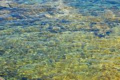 Roche sous l'eau Photos stock