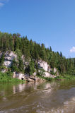 Roche sur la côte du fleuve. photo libre de droits