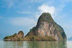 Roche sur la mer d'Andaman, Thaïlande Photo libre de droits