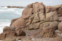 Roche sur la plage de point de Forcados ; Costa de la Muerte Images stock
