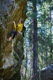 Roche surplombante s'élevante de grimpeur masculin, mode de vie actif extérieur photo stock