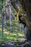 Roche surplombante s'élevante de grimpeur masculin, mode de vie actif extérieur image libre de droits