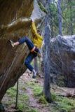 Roche surplombante s'élevante de grimpeur masculin, mode de vie actif extérieur photographie stock libre de droits