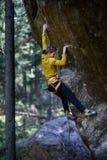 Roche surplombante s'élevante de grimpeur masculin, mode de vie actif extérieur photos stock