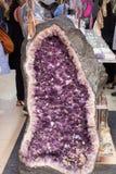 Roche violette crue d'améthyste avec l'ametist en cristal Image libre de droits
