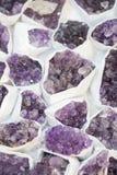 Roche violette crue d'améthyste avec l'ametist en cristal Photographie stock