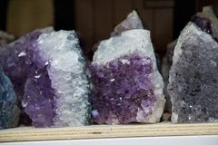 Roche violette crue d'améthyste avec l'ametist en cristal Photographie stock libre de droits