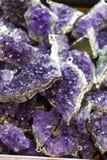Roche violette crue d'améthyste avec l'ametist en cristal Images libres de droits