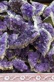 Roche violette crue d'améthyste avec l'ametist en cristal Photo stock