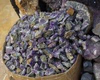 Roche violette crue d'améthyste avec l'ametist en cristal Photos libres de droits