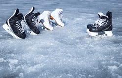 Rochen für Wintersport im Freien auf dem Eis Stockfotos