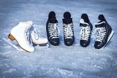 Rochen für Wintersport im Freien auf dem Eis Stockbilder