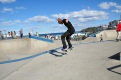 Am Rochenpark nahe Sydney, an Bondi-Strand mit dem Mann im schwarzen Baumwollstoff und im T-Shirt, die seine Berufsskateboardfähi Lizenzfreie Stockfotos