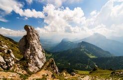 Rocher énorme et collines vertes dans les montagnes Photographie stock
