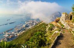 Rocher de Gibraltar en brouillard Un territoire d'outre-mer britannique image stock
