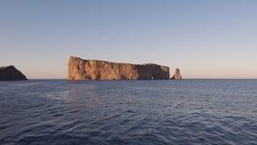 Rocher Percé under en klar himmel Royaltyfri Bild