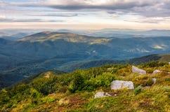 Rochers énormes en vallée sur l'arête de montagne Images libres de droits