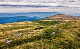 Rochers énormes en vallée sur l'arête de montagne Photo stock