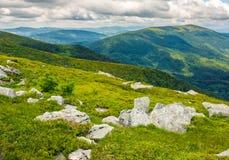 Rochers énormes en vallée sur l'arête de montagne Photo libre de droits