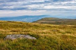 Rochers énormes sur le pré sur l'arête de montagne Photographie stock libre de droits
