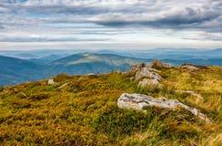 Rochers énormes sur le pré sur l'arête de montagne Image libre de droits