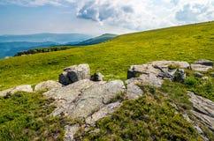 Rochers énormes sur le pré sur l'arête de montagne Images libres de droits
