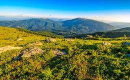Rochers énormes sur le pré sur l'arête de montagne Image stock