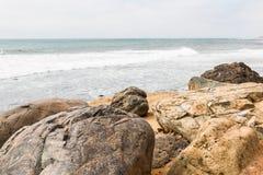 Rochers avec un fond d'océan au point Loma Tide Pools images libres de droits