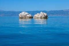 Rochers dans le lac Orhid, Macédoine Photos libres de droits