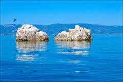 Rochers dans le lac Orhid, Macédoine Photo stock
