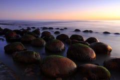 Rochers dans le suft - plage de boule de bowling Photos stock