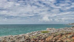 Rochers de granit de côte de l'Océan Atlantique et falaises de mer, Portugal clips vidéos