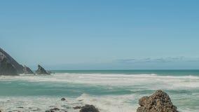 Rochers de granit de côte de l'Océan Atlantique et falaises de mer, Portugal banque de vidéos