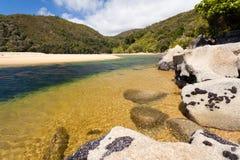 Rochers de granit en Abel Tasman NP, Nouvelle Zélande Photos stock