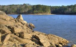 Rochers de Lakeside de lac Allatoona, parc d'état de montagne d'agrostide blanche, la Géorgie, Etats-Unis Image libre de droits